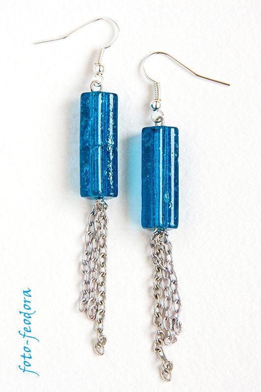Лёгкие длинные сине-голубые серьги с цепочкой серебристого цвета, на каждый день. В работе использованы стеклянные бусины-трубочки и металлическая фурнитура серебряного цвета.