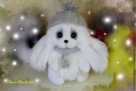 Снежинка очень стеснительная и застенчивая девочка. Нарядилась в свою любимую шапочку и шарфик под цвет глазок и готова к путешествию. Белоснежная и пушистая, ласковая и очень милая. Ждет, когда же к