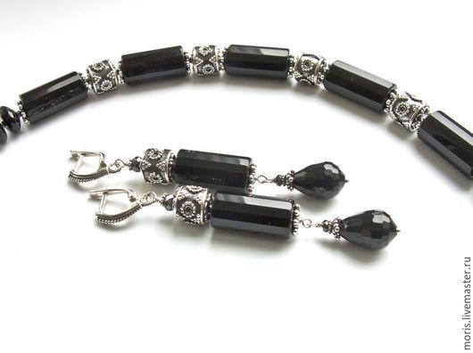 Черные серьги из серебра и натуральных камней. Длинные серьги из серебра и натурального крупного черного оникса, бусин разной формы и эффектной огранки, и крупных серебряных бусин мастеров Бали.