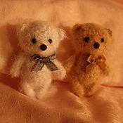 Куклы и игрушки ручной работы. Ярмарка Мастеров - ручная работа Вязаные медвежата-сувениры. Handmade.