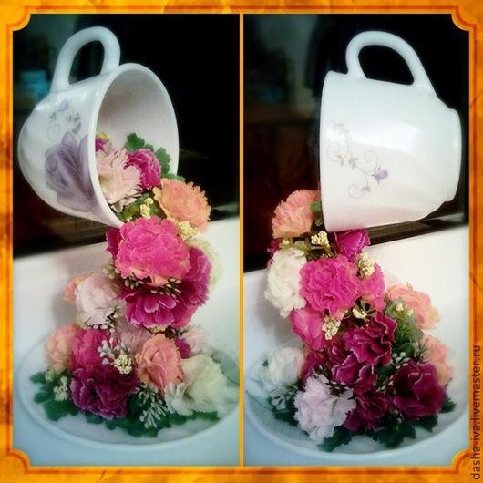 Парящая чашечка с красными и оранжевыми цветами