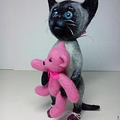 Куклы и игрушки ручной работы. Ярмарка Мастеров - ручная работа Валяная из шерсти киска с мишкой.. Handmade.