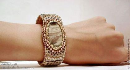 Браслеты ручной работы. Ярмарка Мастеров - ручная работа Бежевый браслет из бисера Treasure с яшмой. Вышитый браслет с камнем. Handmade.