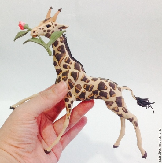 """Игрушки животные, ручной работы. Ярмарка Мастеров - ручная работа. Купить фигурка """"Жираф с тюльпаном"""" (статуэтка жирафа с цветами). Handmade."""