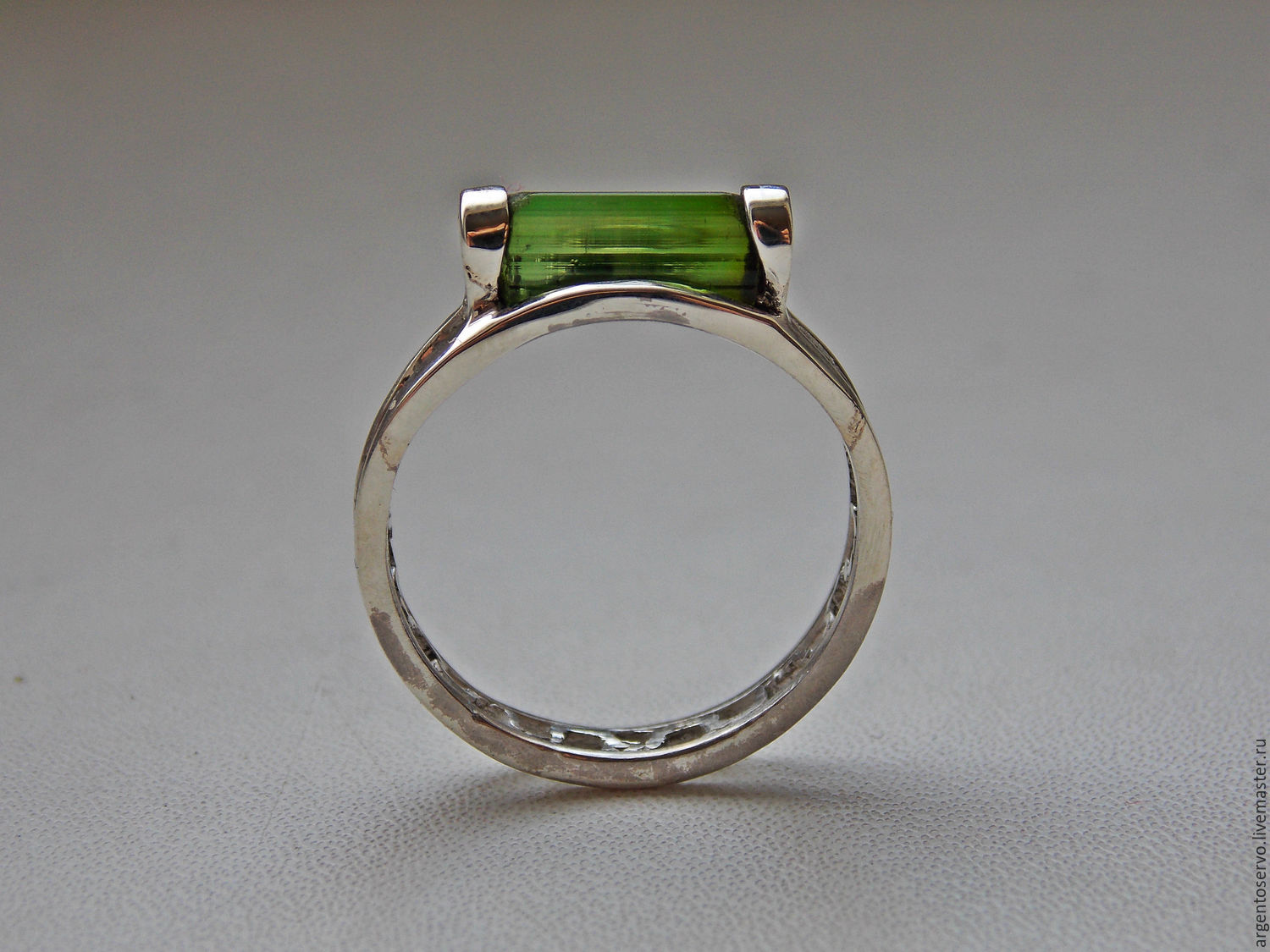 Ring with green tourmaline in silver `green light beam