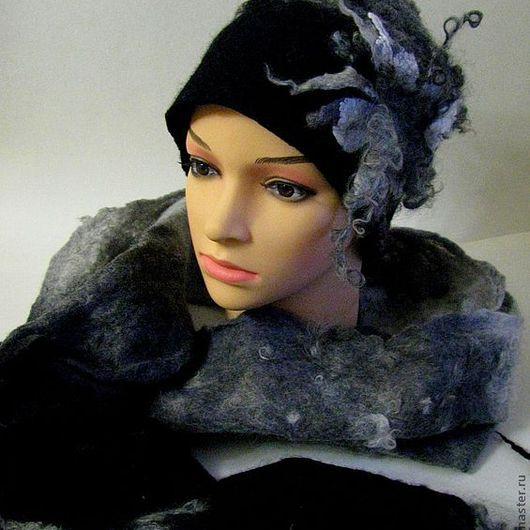 Комплект из шапочки и шарфа выполнен из натуральной итальянской шерсти, шерсти альпака и кудрей