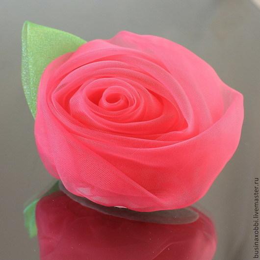 Цветок из ткани (огранза) крупный с листочком Цветок можно использовать как украшения для волос, так и в скрапбукинге Диаметр цветка 7 см, высота 4 см Цвет малиновый Оборотная сторона закрыта флисом белого цвета