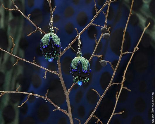 Серьги ручной работы. Ярмарка Мастеров - ручная работа. Купить Бутон. Серьги с вышивкой черные зеленые серебристые. Handmade.