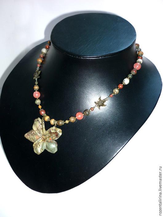 Колье `Каменный цветок` выполнено из натуральной  яшмы Пикассо  бусин 4,6,8 мм и вулканического Черри кварца 10 мм. Кулон крупный,объёмный, резной цветок из натуральной яшмы Пикассо размер 47х55 мм .