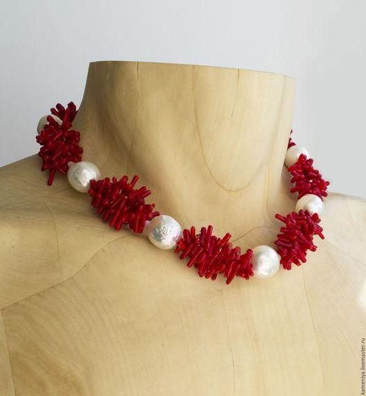 Колье, бусы ручной работы. Ярмарка Мастеров - ручная работа. Купить Ожерелье из красного коралла и крупного жемчуга Барокко. Handmade.