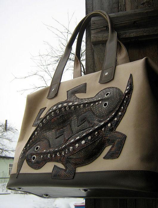 Сдержанная благородная гармония коричнево- бежево-оливковых оттенков цвета сложилась на этой сумке.