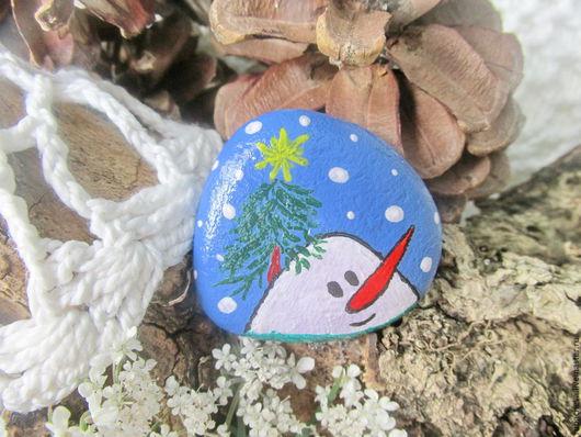 Веселый магнитик-снеговичек на холодильник. Можно подарить на Новый год в качестве сувенира.Расмер 3,5 см.