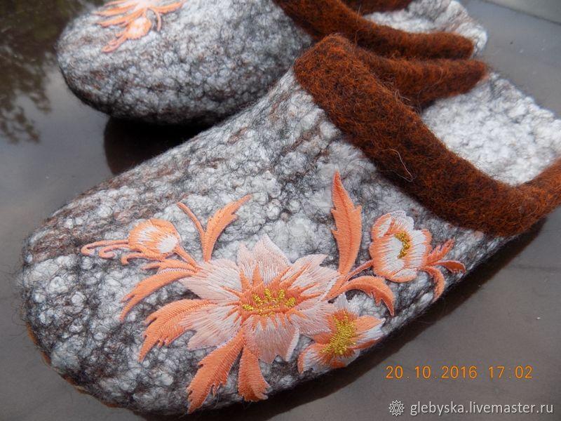 """Обувь ручной работы. Ярмарка Мастеров - ручная работа. Купить тапочки """"Поздние цветы"""". Handmade. Цветы, подарок на любой случай"""