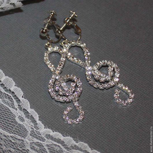 Клипсы  с ювелирным стеклом   `Ключ` цвет фурнитуры `серебро` размер=5,5см. цена=1100р.