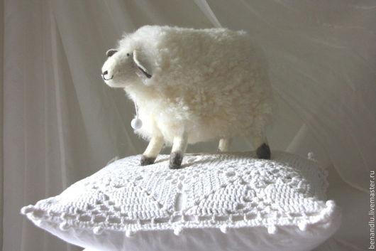 Хотя у овечки и нет каркаса в ножках - она все равно устойчивая!
