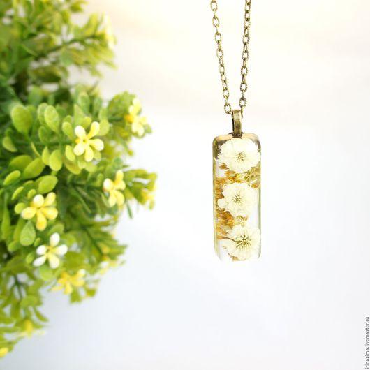 Кулон с настоящими цветками белого гипсофила и луговым золотарником в ювелирной смоле. Автор: Irina Zima.