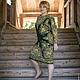 Павлопосадский платок У камина. Платье  прямое,  для повседневного ношения, рукав рубашечный длинный, цвет малахит.