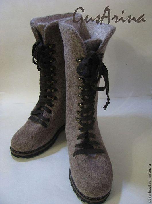 Валяные сапожки на шнуровке выполнены из натуральной шерсти, комфортные в носке. высота голенища 35 см. Шнуровка позволяет регулировать объем сапог. Качественная TR подошва- не скользит, очень удобная