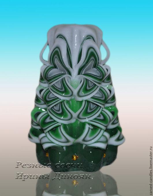 Новогодняя резная свеча ручной работы ` Елка в снегу - маленькая`  Резная свеча ручной работы ` Елка в снегу - маленькая ` вид спереди.