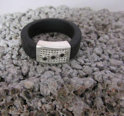 Кольца ручной работы. Ярмарка Мастеров - ручная работа. Купить Кольцо из каучука с серебряной(925) вставкой и ониксом. Handmade. Черный
