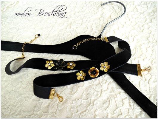 В наличии, цена 1 000 рублей.Два чокера в стиле Dolce & Gabbana. Черный бархат, фурнитура цвета золота и пара стразов Сваровски.