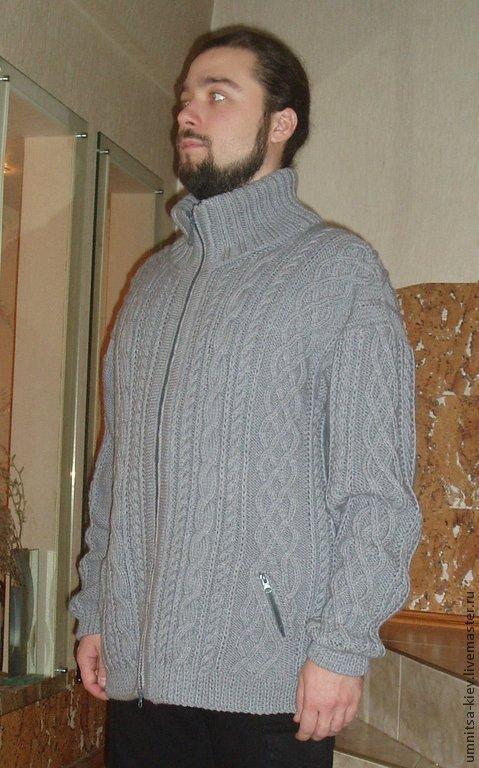 Фото. Вязаный мужской свитер на молнии с карманами. Карманы застегиваются на молнии. Модный тренд сезона 2015 - классические жгуты и араны.