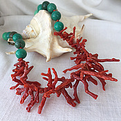 Коралловые бусы с зеленым агатом