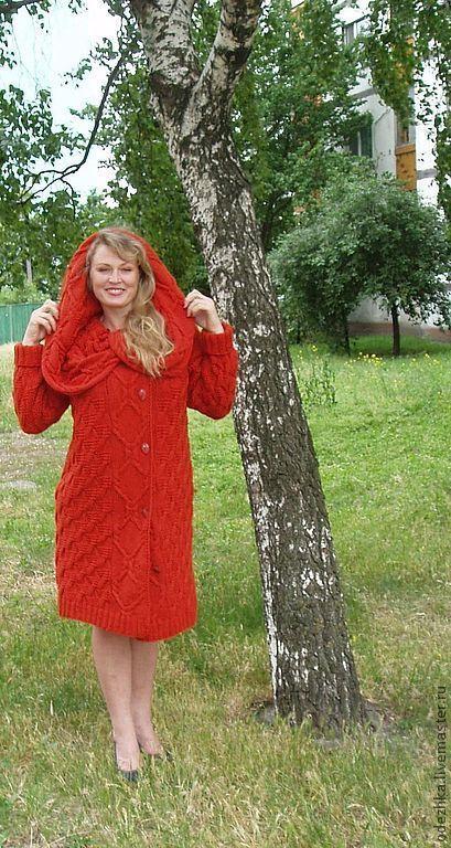 Фото. Вязаное пальто изготовлено из толстой пряжи.