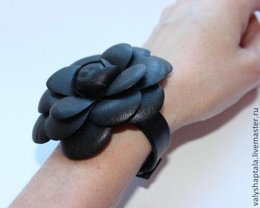 Браслеты ручной работы. Ярмарка Мастеров - ручная работа. Купить браслет из кожи с камелией. Handmade. Черный, браслет из кожи, шанель