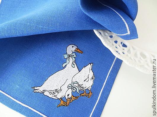 Салфетка с вышивкой `Гуси` (на синем) по мотивам знаменитого чешского столового сервиза.  `Шпулькин дом` мастерская вышивки