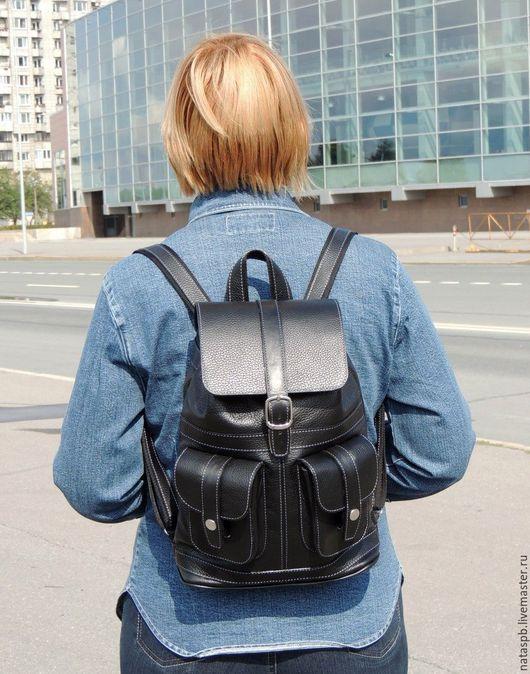 Этот классический, стильный рюкзачок легко сочетается с остальными предметами одежды. С ним  все необходимое у Вас всегда будет под рукой!