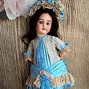 Куклы и игрушки ручной работы. Ярмарка Мастеров - ручная работа Платье и боннет антик.кукле 45-47 см голубой и беж. Handmade.