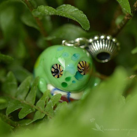 Хамелеон цвета зеленого горошка с травянистыми пятнышками. Бежевая бусина. Авторское стекло ручной работы. Лэмпворк подарки. Забавный подарок. Ручной зверек. Ящерка. Хамелеон стеклянный, сувенир.