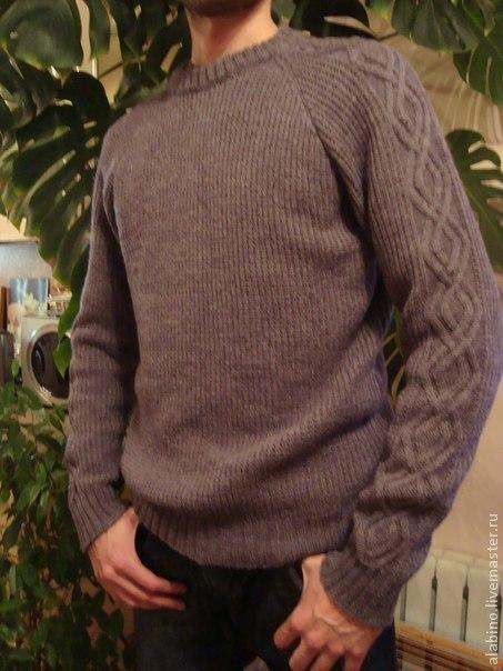 Элегантный мужской джемпер-реглан, связанный полупатентной резинкой и украшенный по рукавам аранскими узорами.Размер 46 - 48, горловина отделана одинарной планкой.