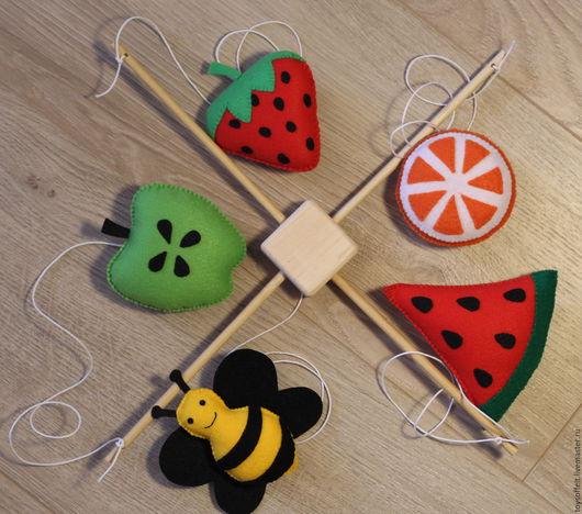 Еда ручной работы. Ярмарка Мастеров - ручная работа. Купить Мобиль фрукты и пчелка. Handmade. Комбинированный, фрукты, фрукты из фетра
