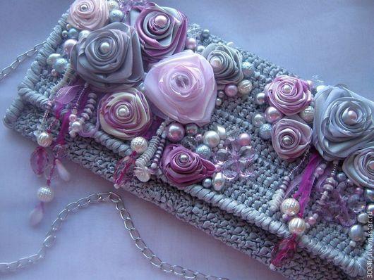 Клатч связан крючком из атласных лент. Декорирован розами из атласных и органзовых лент, бусинами под жемчуг (Чехия), бусинами из стекла ( Чехия), бусинами из акрила, пайетками и бисером (Чехия)