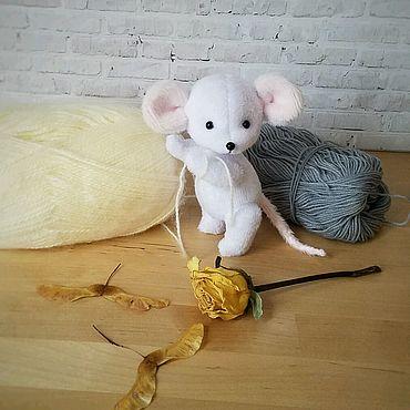 Куклы и игрушки ручной работы. Ярмарка Мастеров - ручная работа Мини-мышка в пальтишке. Handmade.