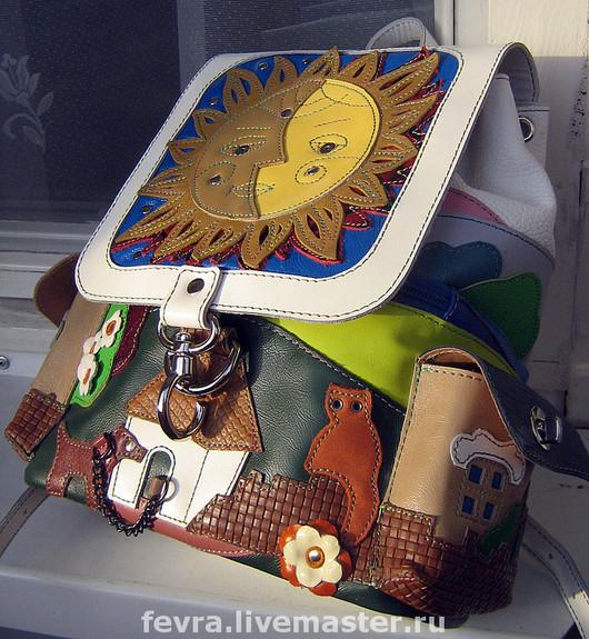 На небольшом по-размерам рюкзачке поместился целый мир. Боковые карманы в виде домиков.