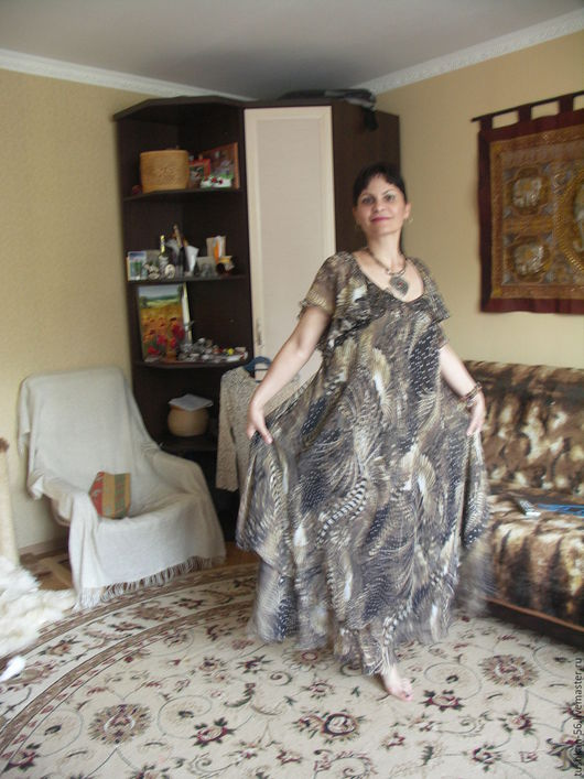 Платье из шифона длинное. на фото модель 46-48 размера. Несмотря на то что платье ей велико, отказалась его снимать в конце съемки.. и заказала из похожего шифона на свой размер.