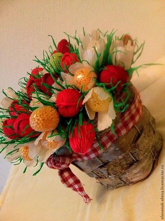 """Букеты ручной работы. Ярмарка Мастеров - ручная работа. Купить Букет из конфет """"Земляничное лукошко"""" ягоды и цветы из конфет. Handmade."""