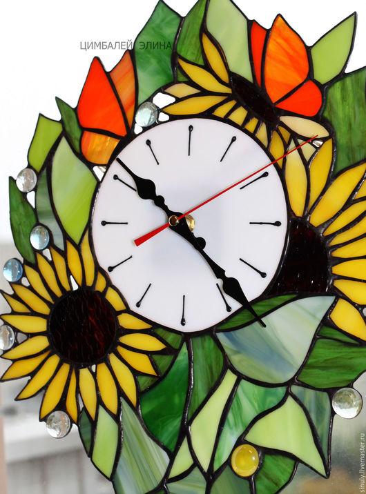 """Часы для дома ручной работы. Ярмарка Мастеров - ручная работа. Купить Витражные часы """"Подсолнухи с бабочками."""". Handmade. Комбинированный"""
