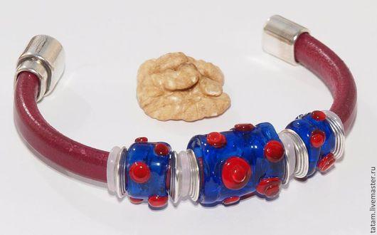 Вы не сможете найти подобного браслета ни у кого другого (если не скопируют :-)). Цвет кожаного ремня называется `ягода`.