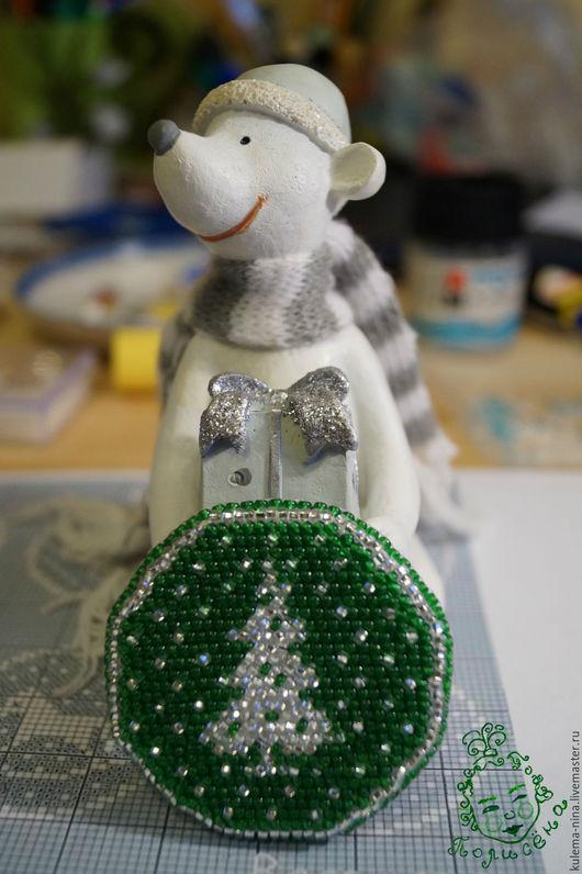 """Броши ручной работы. Ярмарка Мастеров - ручная работа. Купить Брошь из бисера """"Ёлочка"""". Handmade. Зеленый, вышивка, украшение"""