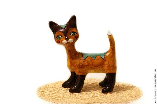 Керамическая скульптура талисман Янтарный кот с изумрудными глазами. Авторская керамика Ксении Гольд