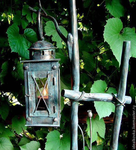 Сам фонарь не закреплён на ветке. Его можно использовать по назначению, где угодно