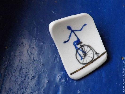 """Броши ручной работы. Ярмарка Мастеров - ручная работа. Купить брошь """"Элло едет"""". Handmade. Велосипед, синий, брошь"""