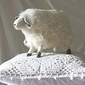 Куклы и игрушки ручной работы. Ярмарка Мастеров - ручная работа Мягкая игрушка овечка (белая и пушистая). Handmade.