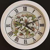 Часы классические ручной работы. Ярмарка Мастеров - ручная работа Часы: Вышивка крестом Цветочный циферблат. Handmade.