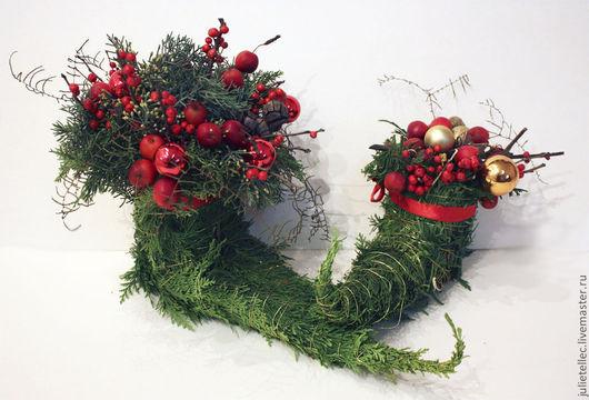 Оригинальные рождественские башмачки для украшения интерьера. Композиция выполнена из натуральной туи.