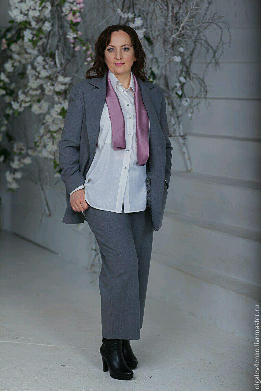 Костюм можно надеть с классической рубашкой или с шелковой блузкой.